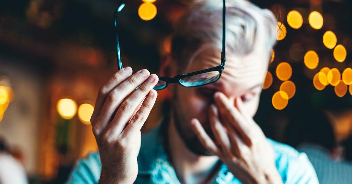 Mengatasi penyebab mata buram antara lain dengan mengonsumsi wortel, terapi lilin, dan daun sirih.