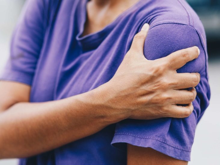Right shoulder and arm pain: 6 causes and what to do